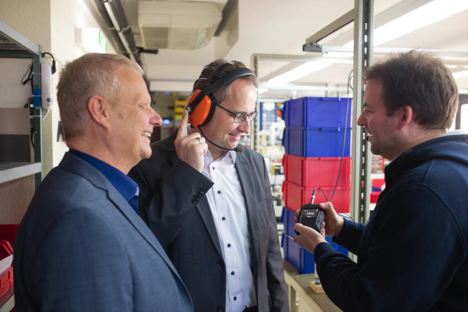 Le candidat au poste de maire a accepté avec plaisir l'invitation du porte-parole du forum des entrepreneurs de Rödermark, M. Thomas Günther, pour une visite de l'usine de la société CeoTronics AG.